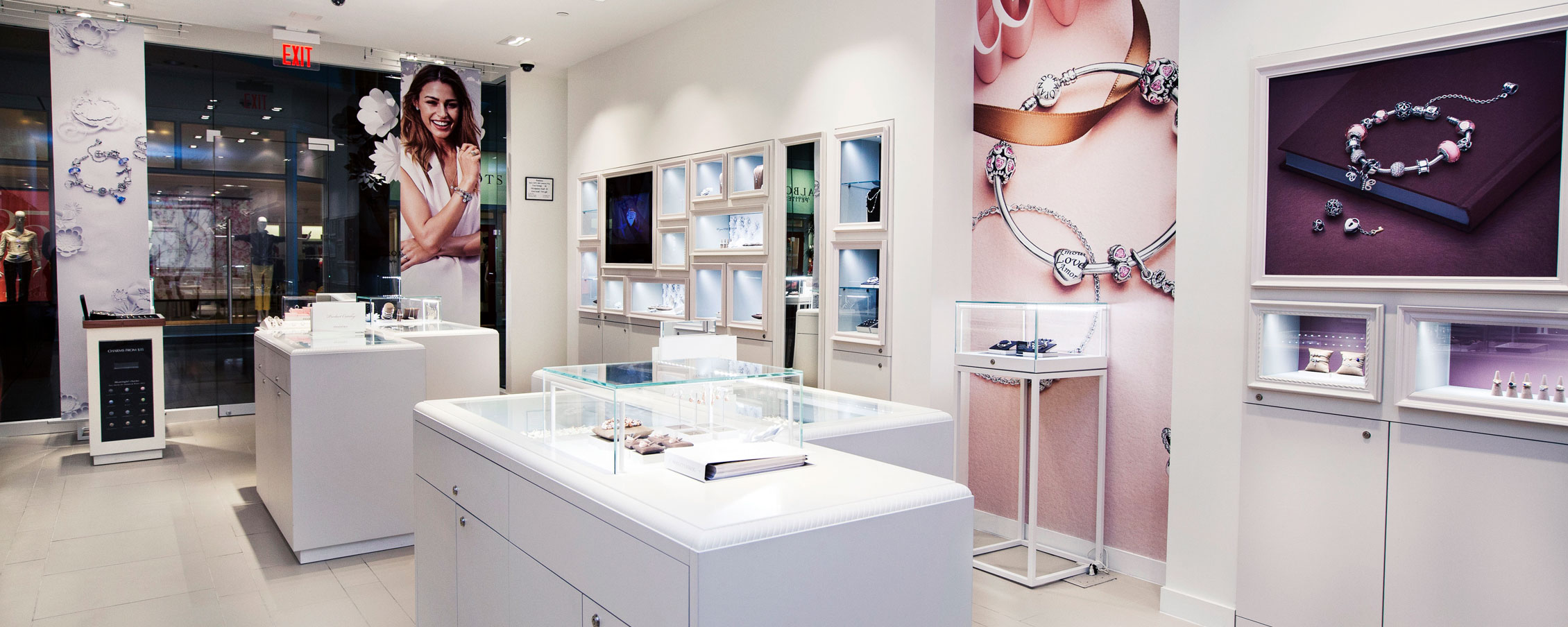 How Pandora Jewelry Makes Its Stores Sparkle